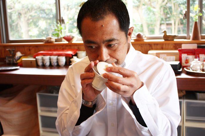 蓋碗で匂いを嗅いでいる茶人